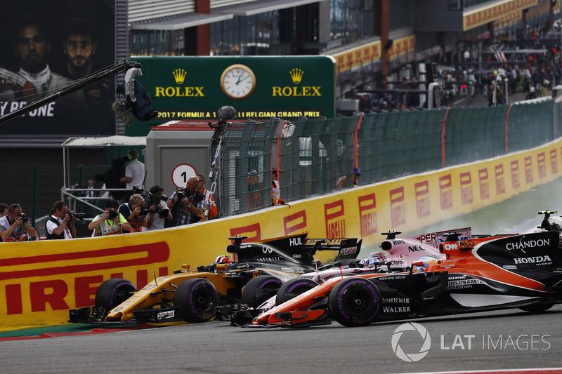 Nico Hulkenberg, Renault Sport F1 Team RS17, Sergio Pérez, Sahara Force India F1 VJM10, Fernando Alonso, McLaren MCL32
