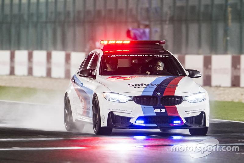Автомобіль безпеки BMW на трасі під час інспекції