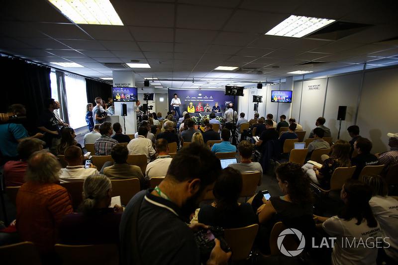Nico Hulkenberg, Renault Sport F1 Team RS17, Sebastian Vettel, Ferrari, Fernando Alonso, McLaren, y Marcus Ericsson, Sauber en la conferencia de prensa