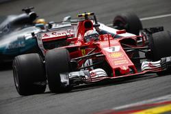 Kimi Raikkonen, Ferrari SF70H, Lewis Hamilton, Mercedes AMG F1 W08