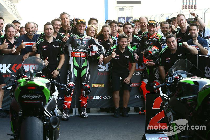 Le vainqueur Jonathan Rea, Kawasaki Racing, le deuxième, Tom Sykes, Kawasaki fêtent leur résultat avec l'équipe