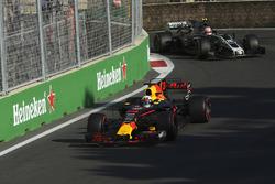 Daniel Ricciardo, Red Bull Racing RB13, Kevin Magnussen, Haas F1 Team VF-17