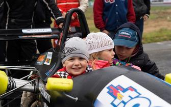 Діти Олександра Левинського в кокпіті його Dallar-и на відриті гонки