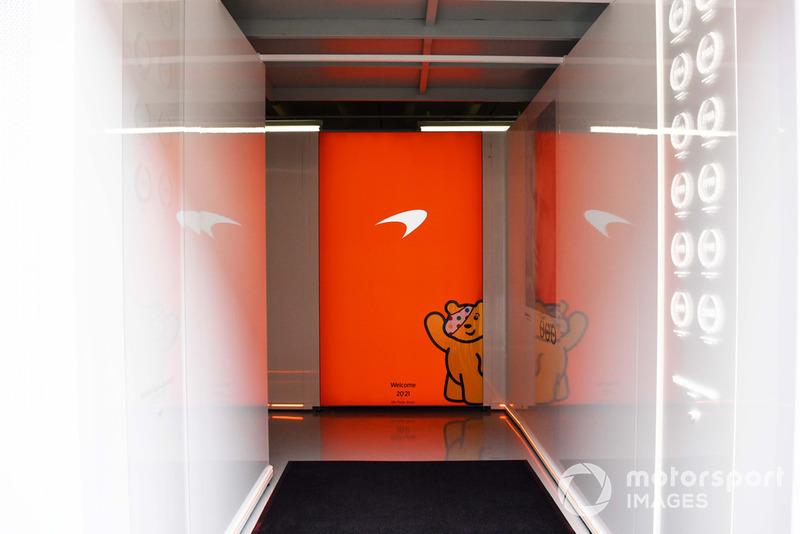 Вход в гараж McLaren с логотипом Children In Need