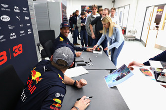 Max Verstappen, Red Bull Racing and Daniel Ricciardo, Red Bull Racing talk with Red Bull Racing team members