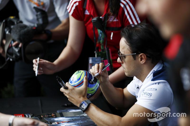 Felipe Massa, Williams, schreibt Autogramme