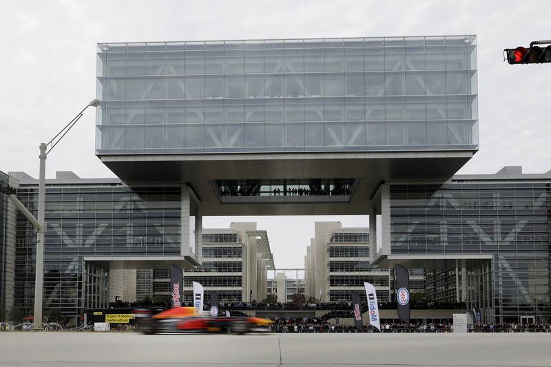 Daniel Ricciardo, Red Bull Racing raast langs het hoofdkantoor van ExxonMobil