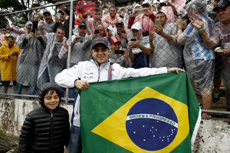 Felipe Massa, Williams y su hijo Felipinho con fans