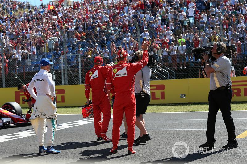 Ganador de la pole Sebastian Vettel, Ferrari, Kimi Raikkonen, Ferrari y Valtteri Bottas, Mercedes AMG F1 W08