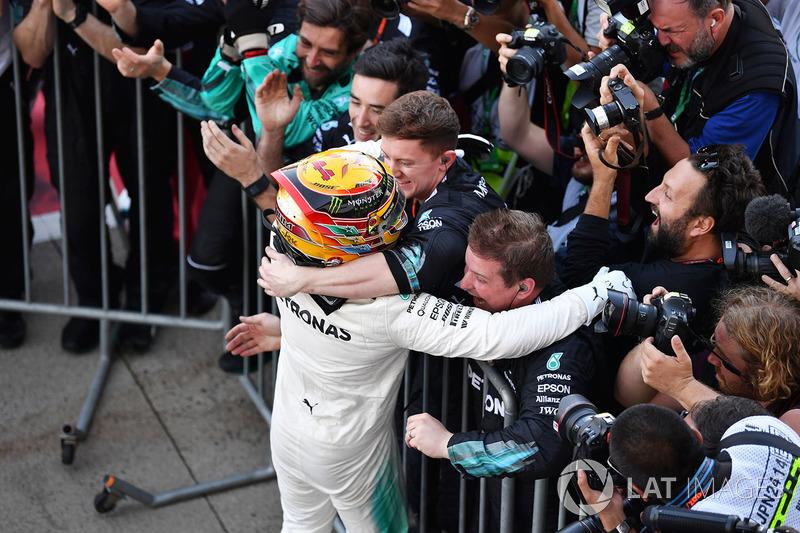 Lewis Hamilton, Mercedes AMG F1 festeggia nel parco chiuso