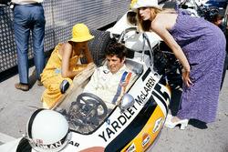 Brian Redman, McLaren M19A Ford, mit Girls