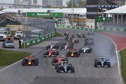 Start: Lewis Hamilton, Mercedes AMG F1 W08, Valtteri Bottas, Mercedes AMG F1 W08