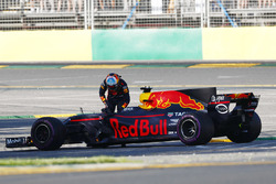 Daniel Ricciardo, Red Bull Racing RB13, gets applause from the crowd after stopping on track