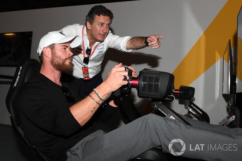 Actor Chris Hemsworth en la zona de eRace con Alejandro Agag, Fórmula E CEO
