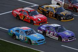 Los coches vienen en camino de pit para boxes