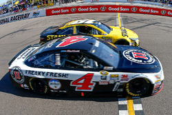 Kevin Harvick, Stewart-Haas Racing Chevrolet schlägt Carl Edwards, Joe Gibbs Racing Toyota