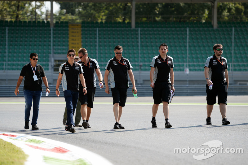 Alfonso Celis Jr., Sahara Force India F1 Development Driver, ispeziona il circuito con il team