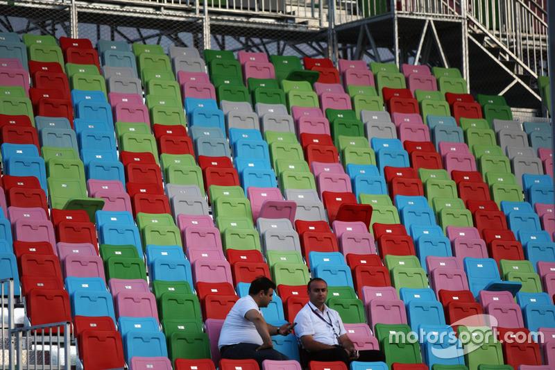 Dos fans en la tribuna