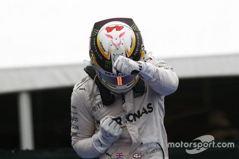 Переможець гонки Льюїс Хемілтон, Mercedes AMG F1 святкує в закритому парку