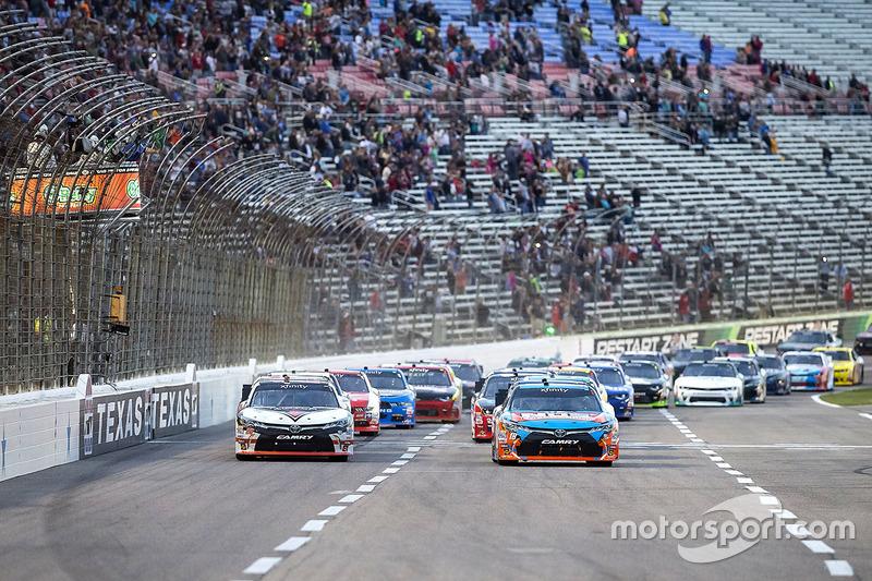 Start of the race, Kyle Busch, Joe Gibbs Racing Toyota leads