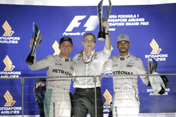Nico Rosberg, Mercedes AMG F1 W07 Hybrid e Lewis Hamilton, Mercedes AMG F1, sul podio