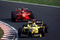 Damon Hill, Jordan leads Michael Schumacher, Ferrari