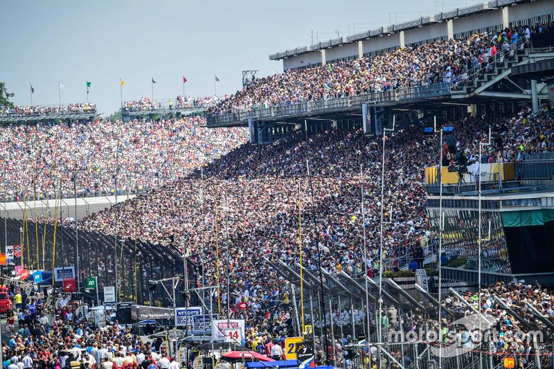 Indy 500 – крупнейшее однодневное культурно-развлекательное событие в мире. В день гонки его посещают около 350-400 тысяч человек. Население Белгорода, к примеру – 392 тысячи человек