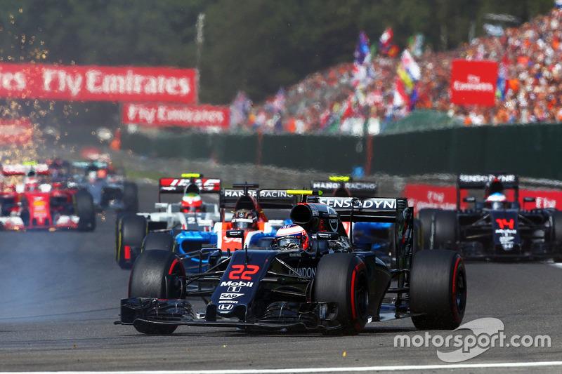 Jenson Button, McLaren MP4-31 all'inizio della gara