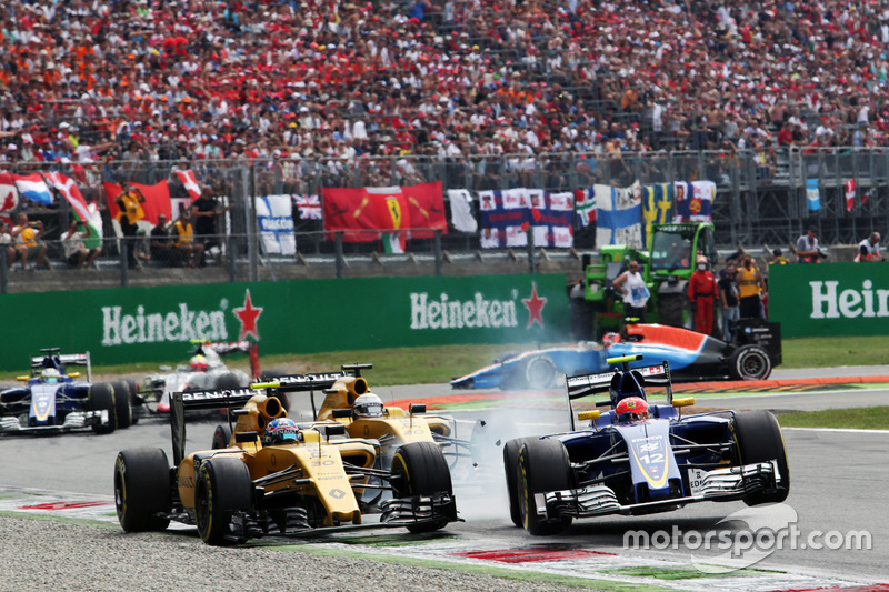 (L to R): Crash involving Jolyon Palmer, Renault Sport F1 Team RS16 and Felipe Nasr, Sauber C35