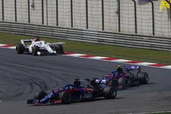 Brendon Hartley, Toro Rosso STR13 Honda, leidt Pierre Gasly, Toro Rosso STR13 Honda, en Marcus Ericsson, Sauber C37 Ferrari