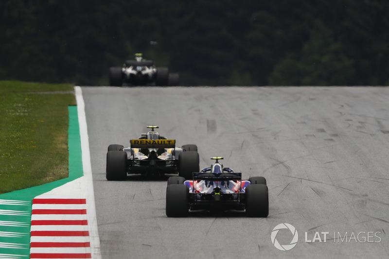 Carlos Sainz Jr., Renault Sport F1 Team R.S. 18, leads Pierre Gasly, Toro Rosso STR13