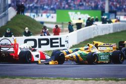 Ayrton Senna, McLaren MP4/7A Honda viene buttato fuori da Michael Schumacher, Benetton B192 Ford alla Adelaide Hairpin nel primo giro