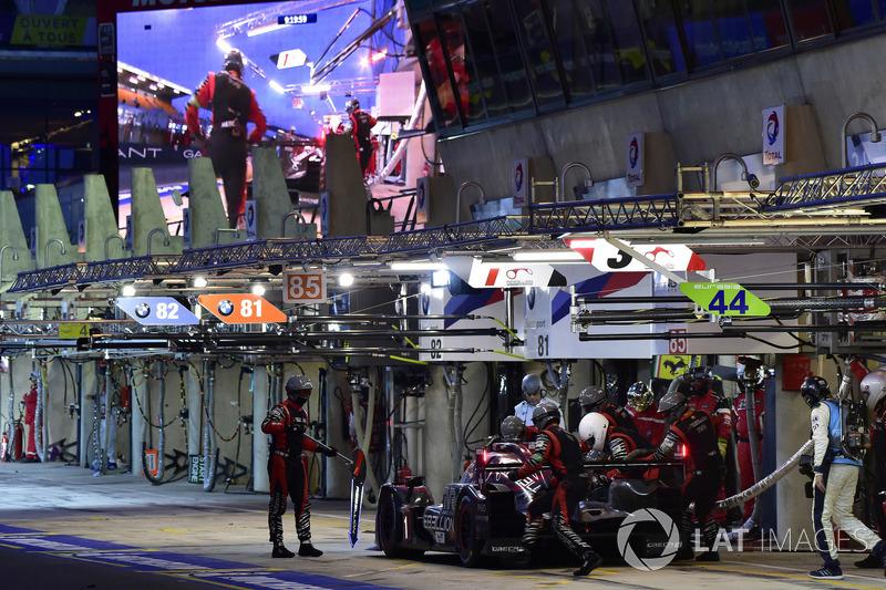 #3 Rebellion Racing Rebellion R-13: Mathias Beche, Gustavo Menezes, Thomas Laurent, pit stop