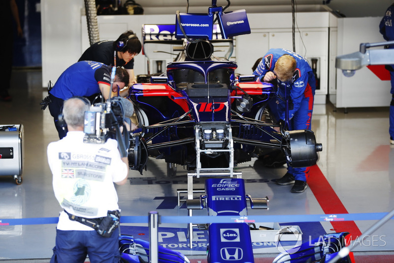 Toro Rosso mechanics work on the car of Pierre Gasly, Toro Rosso STR13