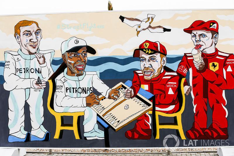 Mural gambar Valtteri Bottas, Mercedes AMG F1, Lewis Hamilton, Mercedes AMG F1, Sebastian Vettel, Ferrari, dan Kimi Raikkonen, Ferrari, bermain backgammon