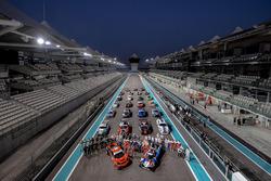 Gruppenfoto: Fahrer und Autos für die 12h Abu Dhabi 2017