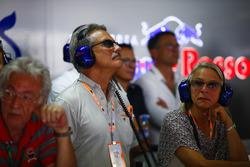 Dr. Mario Theissen visits the Toro Rosso garage