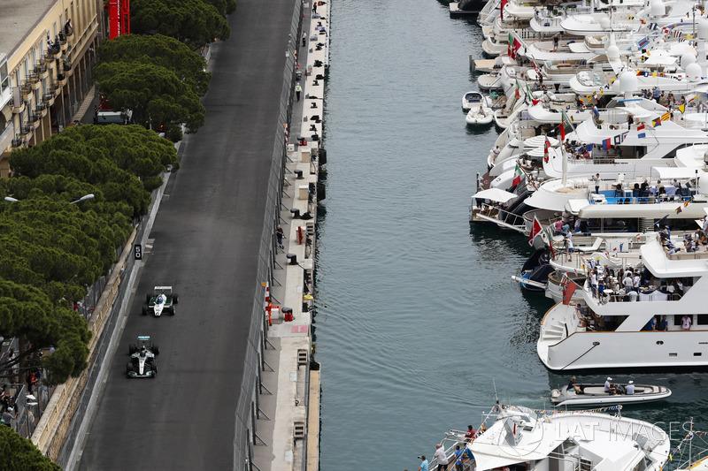 Il Campione del Mondo 2016 Nico Rosberg, e il padre Keke Rosberg, Campione del Mondo 1982, fanno un giro del circuito al volante delle loro monoposto iridate