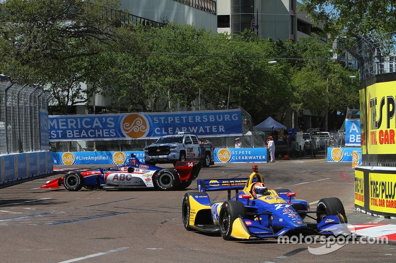 Tony Kanaan, A.J. Foyt Enterprises Chevrolet, Alexander Rossi, Andretti Autosport Honda
