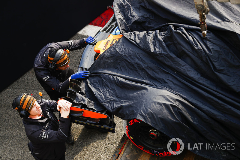 После аварии: McLaren MCL33 Фернандо Алонсо в боксах