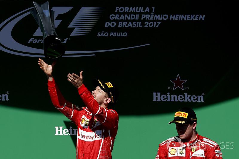 Podio: ganador de la carrera Sebastian Vettel, Ferrari, tercer lugar Kimi Raikkonen, Ferrari