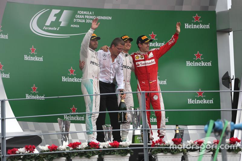 Podio: Segundo lugar Lewis Hamilton, Mercedes AMG F1 Team, ganador de la carrera Nico Rosberg, de Mercedes AMG F1 Team y tercer lugar de Sebastian Vettel, Scuderia Ferrari