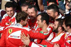 Derde plaats Sebastian Vettel, Ferrari in parc ferme met zijn team