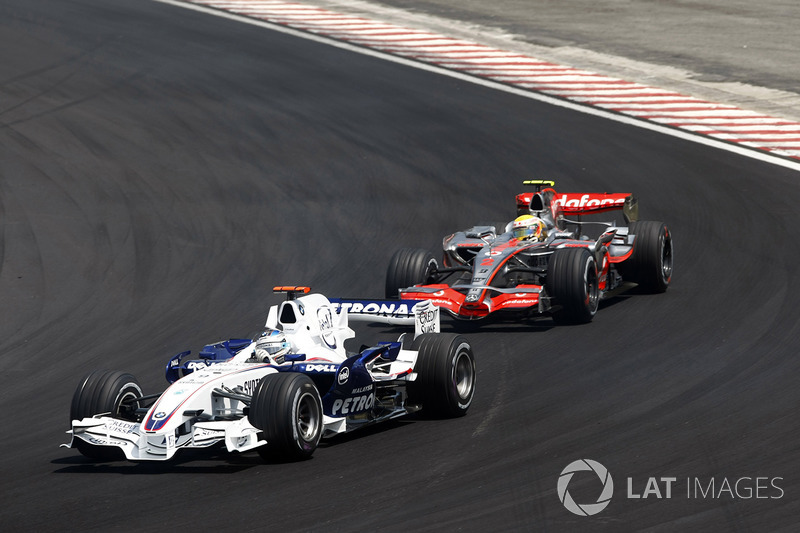 Nick Heidfeld, BMW Sauber F1.07 y Lewis Hamilton, McLaren MP4-22