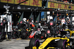 Romain Grosjean, Haas F1 Team VF-18 au stand avec Nico Hulkenberg, Renault Sport F1 Team R.S. 18