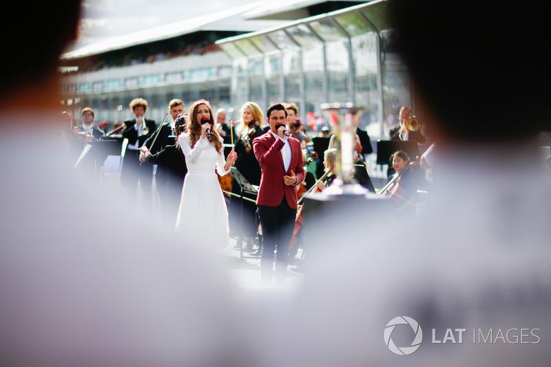 Samantha Jade canta el himno nacional australiano antes de comenzar