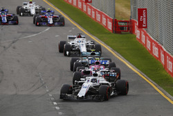 Lance Stroll, Williams FW41 Mercedes, devant Esteban Ocon, Force India VJM11 Mercedes, et Valtteri Bottas, Mercedes AMG F1 W09