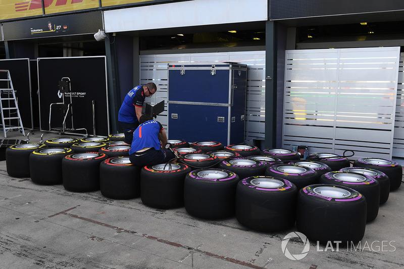 Meccanici della Scuderia Toro Rosso e pneumatici Pirelli