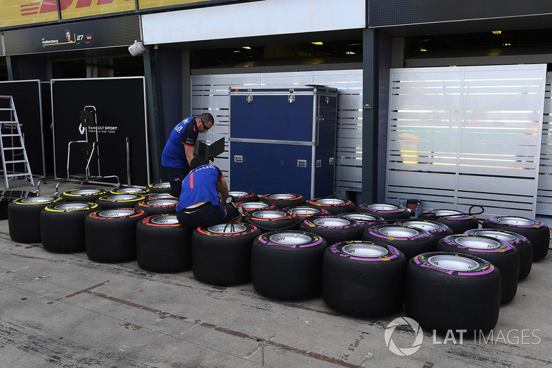 Механики Scuderia Toro Rosso и шины Pirelli