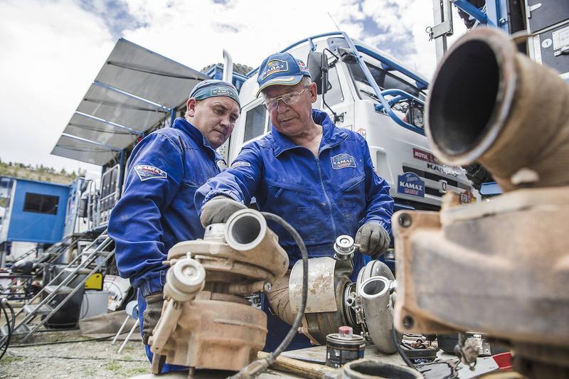 Mecánica del equipo Kamaz Master en el vivac